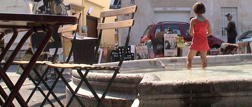 Petite fille dans une fontaine sous le cagnard d'Avignon
